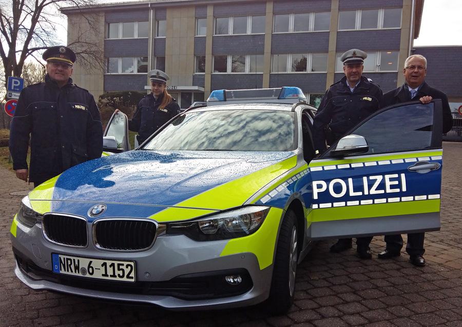 Stellten den neuen BMW-Streifenwagen vor. v.l. Klaus Bunse, Michelle Hoffmann, Stefan Trelle und Dr. Karl Schneider. (Foto: oe)