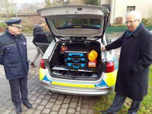 landrat und Polizeichef begutachten die Kofferraumausstattung. (Foto: oe)