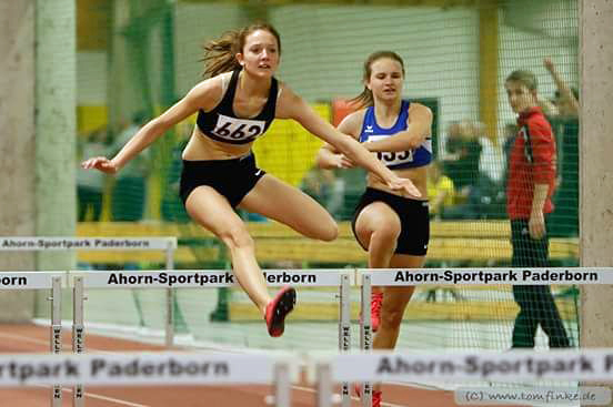 Marie Berghoff vom TuS Oeventrop in Paderborn beim 60m-Hürdenlauf, wo sie eine ihrer drei neuen Bestleistungen holte. (Foto: LAC)