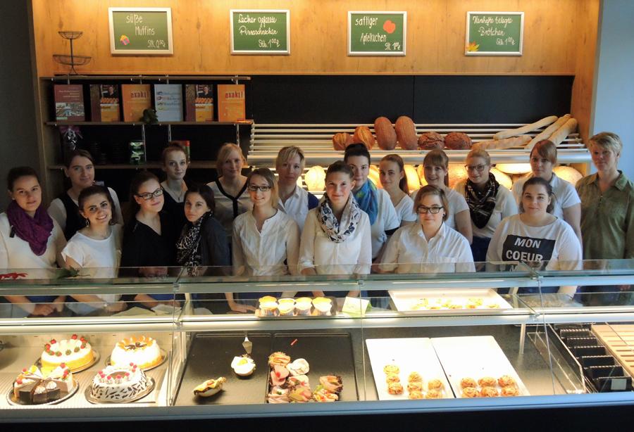 Die angehenden Bäckereifachverkäuferinnen freuen sich über die neue moderne Verkaufstheke im Berufskolleg am Eichholz. (Foto: BKaE)