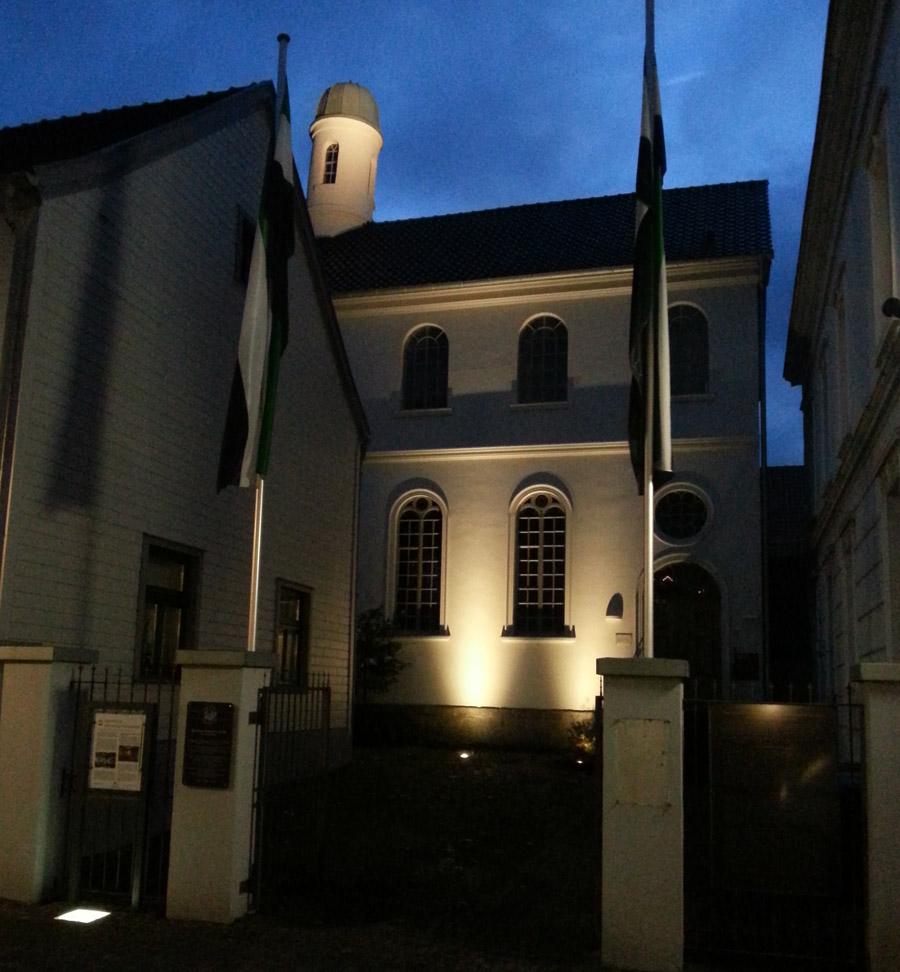 Das Haus der Neheimer Jäger in effektvoller Beleuchtung. (Foto: Förderverein)