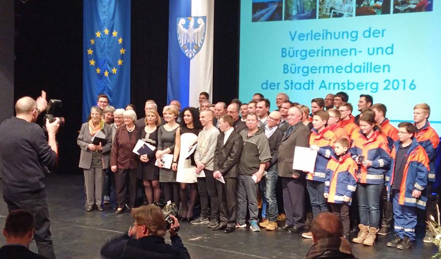 Auf der Bühne des sauerlandtheaters erhielten 15 Einzelpersonen, gruppe und Institutionen aus allen Ortsteilen die Bürgermedaille. (Foto: oe)