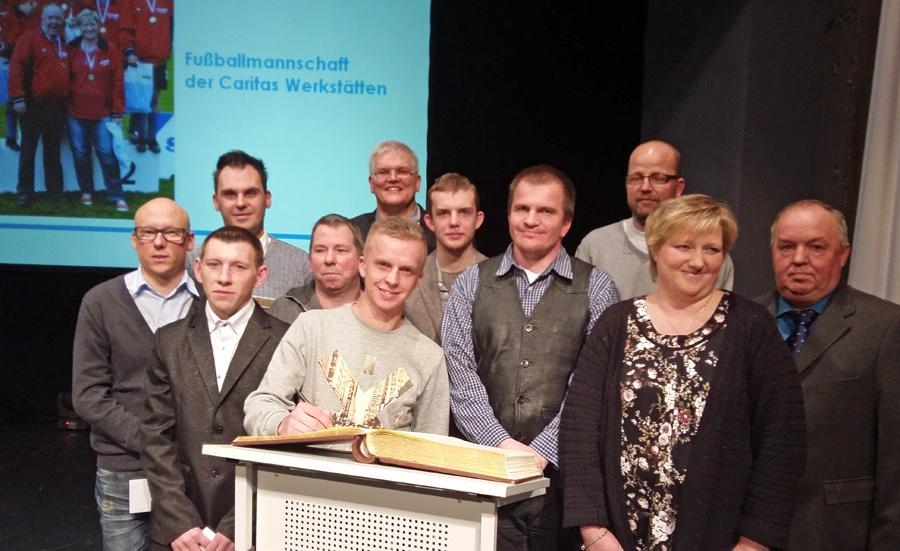 Spieler und Betreuer der Fußball-Europameister aus den caritas-Werkstätten trugen sich ins Goldene Buch der Stadt ein. (Foto: oe)