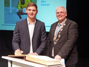 Bürgermeister Hans-Josef Vogel und der junge BVB-Torwart Eike Bansen. (Foto: oe)