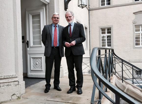 Präsidentenwechsel am Verwaltungsgericht Arnsberg: der langjährige Hausherr Dr. Ulrich Morgenstern (rechts) und sein Nachfolger Jürgen Jaenecke. (Foto: VG)