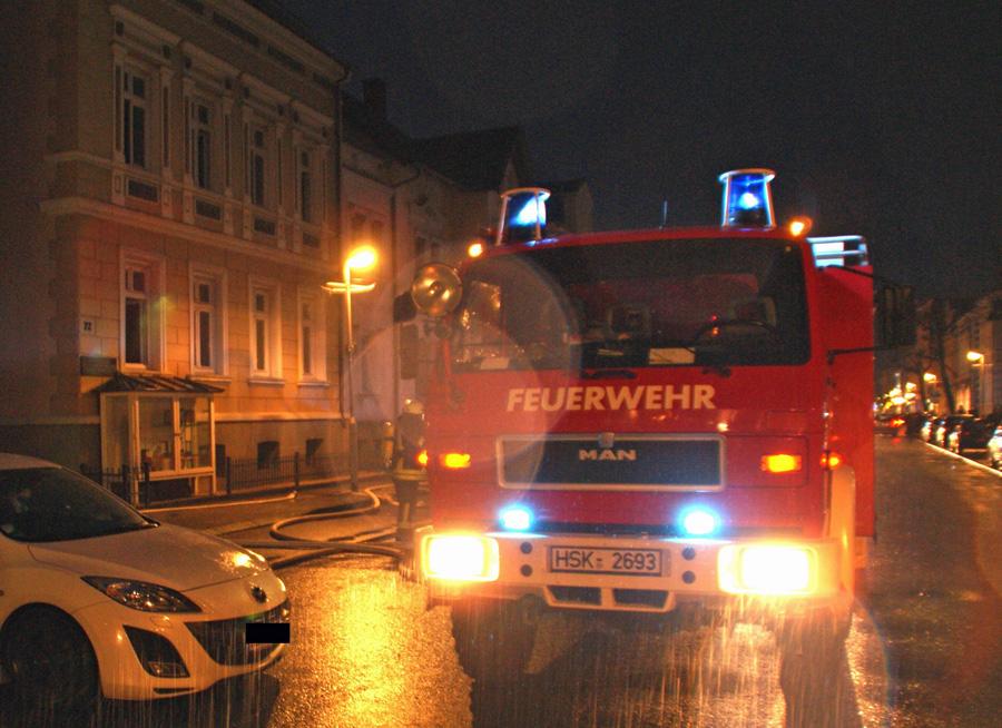 Feuerwehreinsatz auf der Clemens-August-Straße. Die Kripo ermittelt nach einem fehlgeschlagenen Chemie-Experiment wegen fahrlässiger Brandstiftung. (Foto: Feuerwehr)