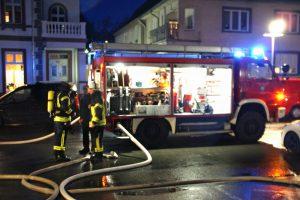 Die Feuerwehr löschte unter Atemschutz. (Foto: Feuerwehr)
