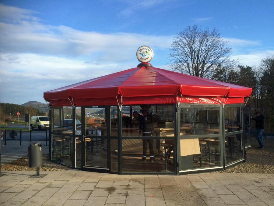 Die neue Schirmbar auf dem Sorpedamm wird von der Langscheider Lachsräucherei Sauerland betrieben. (Foto: Sorpesee GmbH)