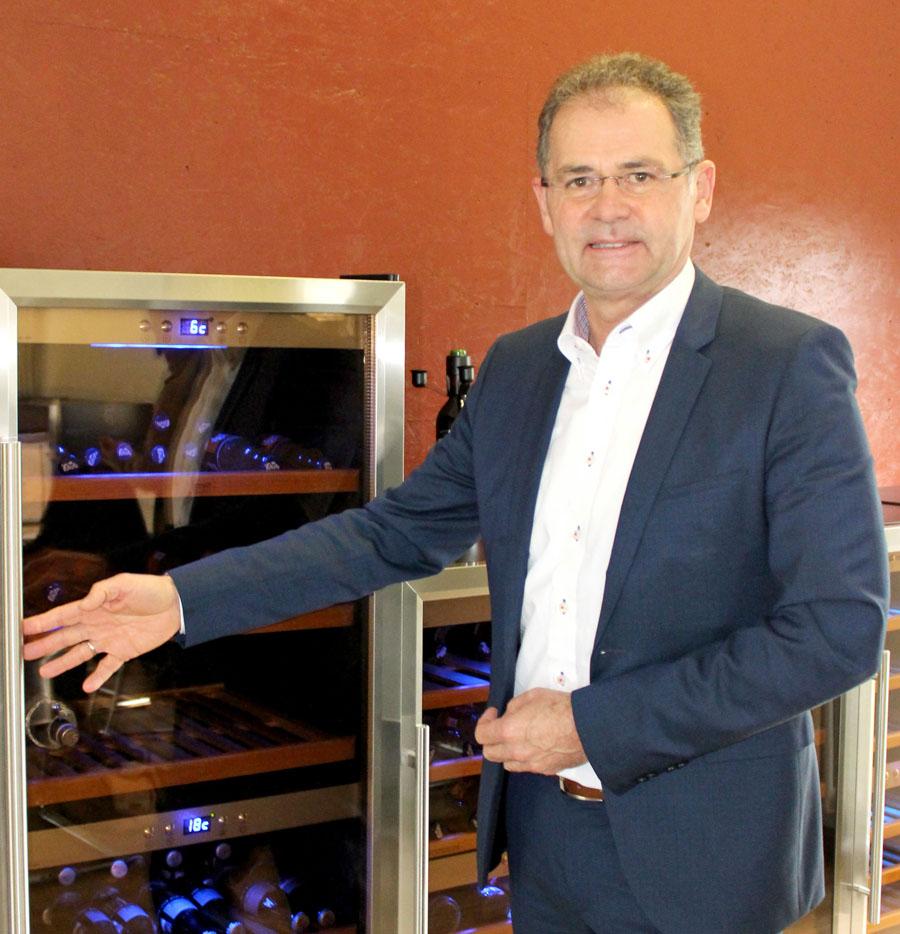 Peter Braukmann vor einem Caso-Weinkühlschrank, einer der erfolgreichen Produkteinführungen der letzten Jahre. (Foto: Braukmann)