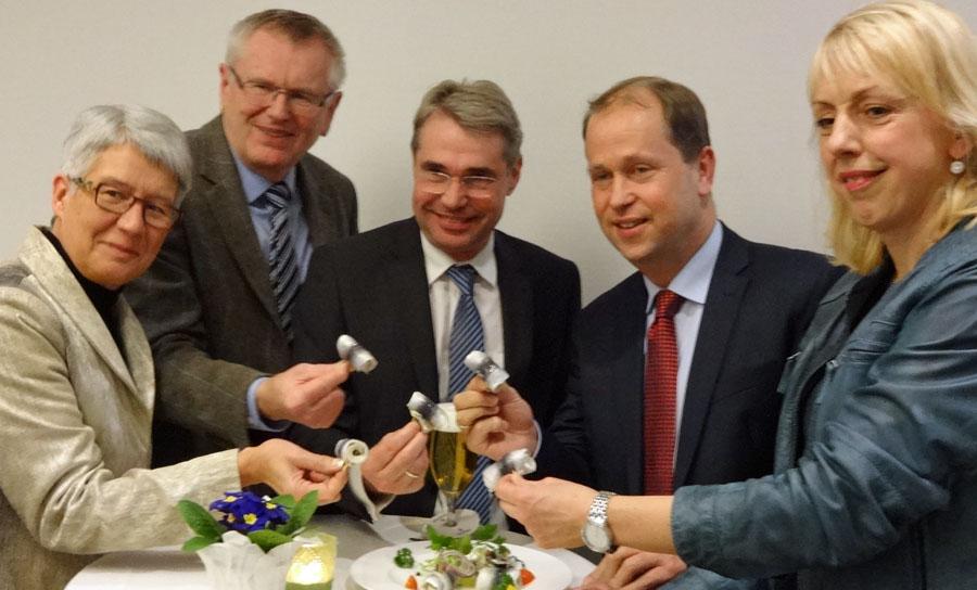 Ließen sich die Rollmöpse schmecken:  v.l. Renate Niemand, Friedhelm Walter, Carlo Cronenberg, MdL Dr.Joachim Stamp und MdL Susanne Schneider. (Foto: FDP)