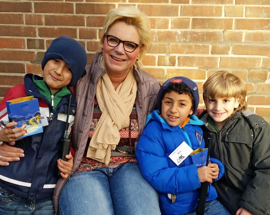 Sparkassenmitarbeiterin mit Flüchtlingskindern. (Foto: Sparkasse)