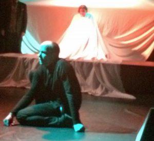 Die Bühne in der KulturSchmiede ragt ins Publikum hinein. (Foto: BAS)