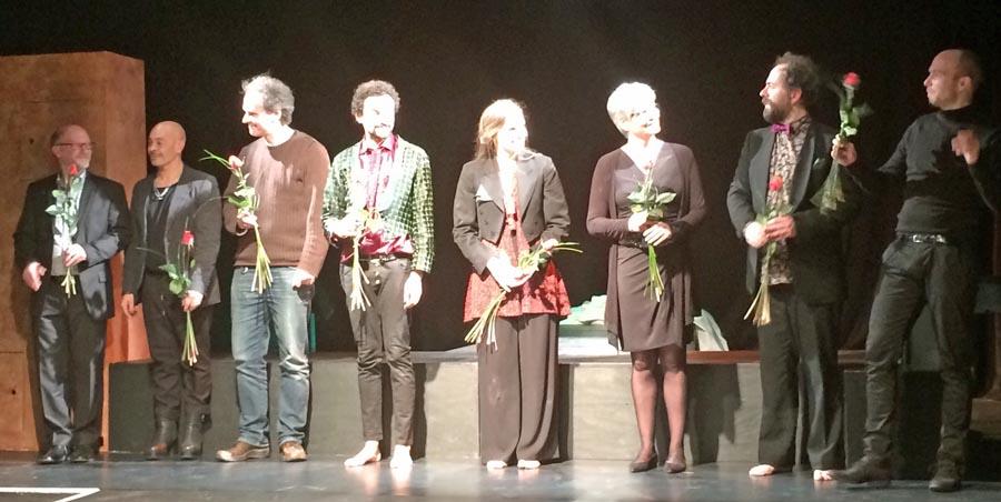 Das Teatron-Ensemble wurde nach der Faust-Premiere vom Publikum gefeiert. (Foto: BAS)