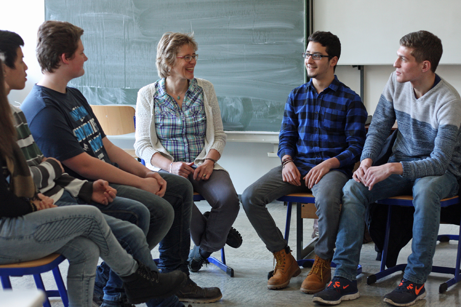 Beratung von Schüler zu Schüler: Absolventen der Ruth-Cohn-Schule im Berufskolleg am Eichholz. (Foto BKaE)