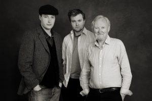 Folk-Legende Seán Cannon kommt mit seinen Söhnen James und Robert in die Kulturschmiede. (Foto: Veranstalter9