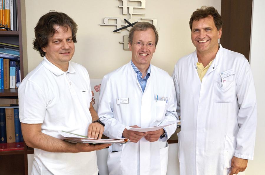 Engagieren sich im zertifizierten Darmzentrum gemeinsam gegen den Darmkrebs: v. l. n. r. Dr. Schulmann, Chefarzt der Klinik für Innere Medizin, Schwerpunkt Hämatologie und internistische Onkologie, Dr. Schnell, Chefarzt der Klinik für Innere Medizin, Schwerpunkt Gastroenterologie, Dr. Sauer, Chefarzt der Klinik für Allgemein-, Viszeral- und Minimalinvasive Chirurgie. (Foto: Klinikum)