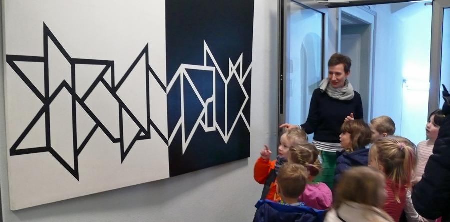 Kathrin Ueberholz vom Kulturbüro erläutert den Kleinen Strolchen moderne Kunst. (Foto: Stadt Arnsberg)