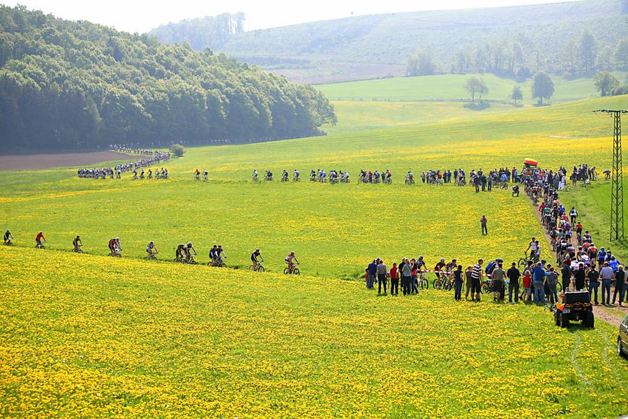 Der Mountainbike-Marathon inmitten der erblühenden Natur. (Foto: Mega-Sports)