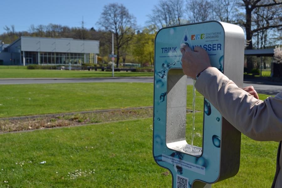 Kostenloses frisches Trinkwasser gibt es dank der Stadtwerke jetzt auch am Hüstener Solepark. (Foto: Stadtwerke)