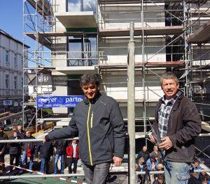 Firmenchef Manuel Santos (l.) und Polier Günther Sawatzky sorgten für den zünftigen Teil des Richtfests. (Foto: oe)