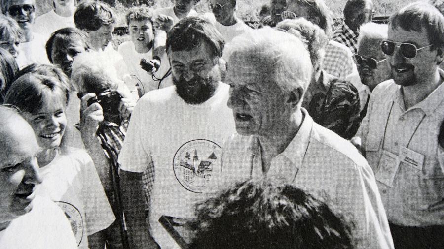 Bundespräsident Richard von Weizsäcker zusammen mit SGV-Jugendwart Gerd Riedel, heute 1. Vorsitzender der SGV-Abteilung Arnsberg (rechts) und dem Vorsitzenden des Festausschusses Willi Erdmann (rechts). (Foto: SGV)