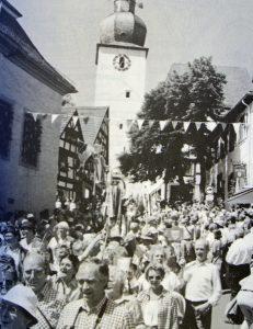 Eine unendliche Schlange von Wandertagteilnehmern marschiert mit ihren Wimpelfahnen vom Glockenturm aus den Steinweg hinunter. (Foto: SGV)