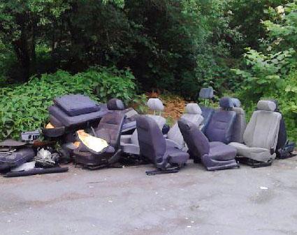 Diese illegale Müllentsorgung wurde am Donnerstag an der Straße Richtung Möhnesee entdeckt. (Foto: Stadt Arnsberg)