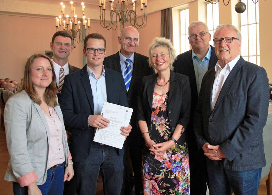 """Die Akteure der LEADER-Region """"Bürgerregion am Sorpesee"""" nahmen  den Förderbescheid für das Projekt Regionalmanagement entgegen. (Foto: Leader)"""