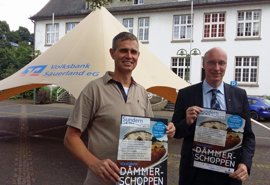 Jeroen Tepas vom Stadtmarketing und Markus Sommer von der Volksbank vor dem neuen Musikerzelt für die sommerliche Dämmerschoppen-Reihe auf dem Tiggesplatz. (Foto: oe)