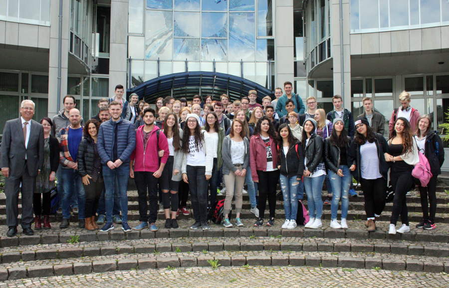 Israelische und schottische Teilnehmer des Jugendaustausches besuchten das Kreishaus. (Foto: HSK)