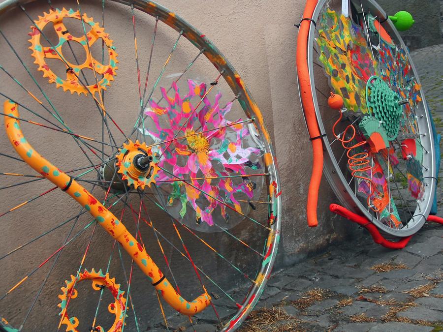 """Bunte Räder im Kunstsommer -  """"Pimp up your bike!"""" ist ein Mitmach-Projekt. (Foto: Kulturbüro)"""