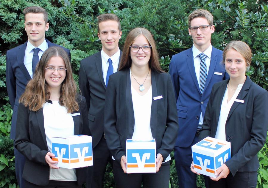 Die sechs neuen Auszubildenden der Volksbank Sauerland: v.l.n.r. Simon Rienermann, Karin Prione, Fabian Balkenhol, Shayenne Theunißen, Leon Busch, Jana Tschornia. (Foto: Volksbank)