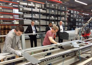 Meta-Geschäftsführer Dr. Klaus Vatter (hinten links) zeigte den Gästen auch die Produktion. (Foto: oe)
