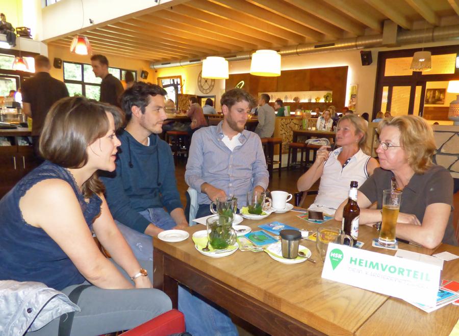 Entspannter Austausch unter Rückkehrern im Sauerland. (Foto: HSK)