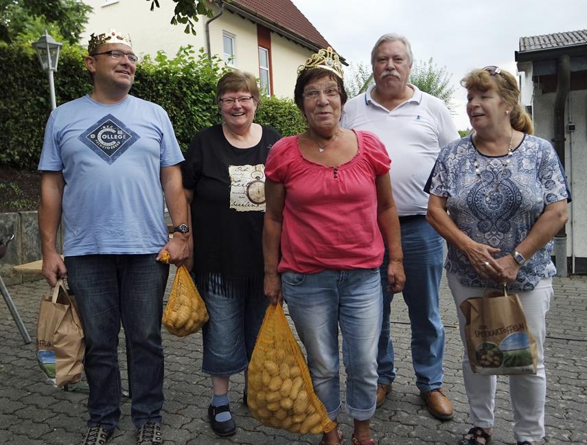 Kompanieführer Friedel Görtz mit Kartoffelkönig Dirk Scharfe sowie Doris Gerbe und Hannelore Hellweg sowie Schießsportgruppenleiterin Elke Roth. (Foto: Schützen Schreppenberg)