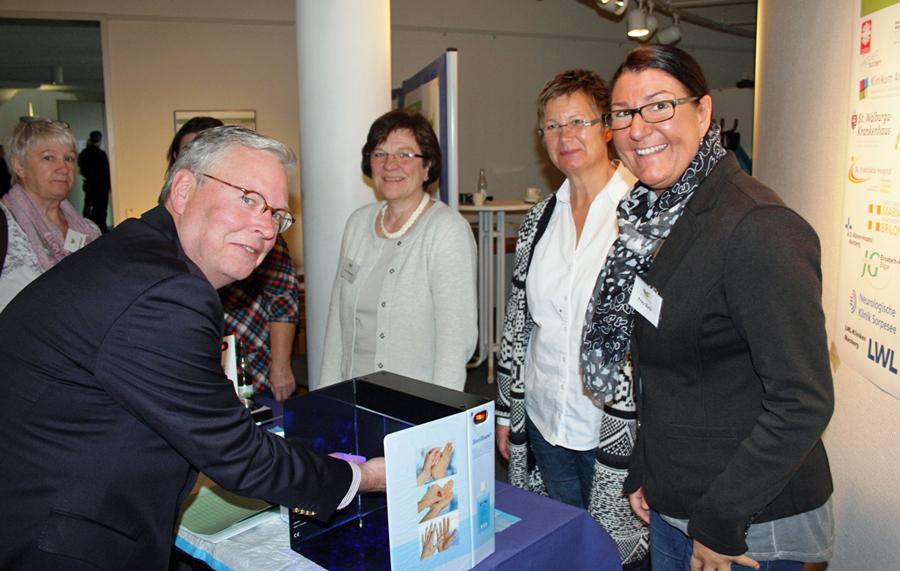 Auch Gesundheitsamtsleiter Dr. Peter Kleeschulte (l.) informierte sich über Produkte zur Händedesinfektion. / Foto: Pressestelle HSK