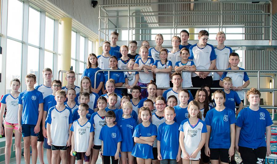 Die erfolgreiche Mannschaft des SV Neptun gab als Gastgeber beim Adventsschwimmfest den Wanderpokal an den Zweitplatzierten weiter. (Foto: Neptun)