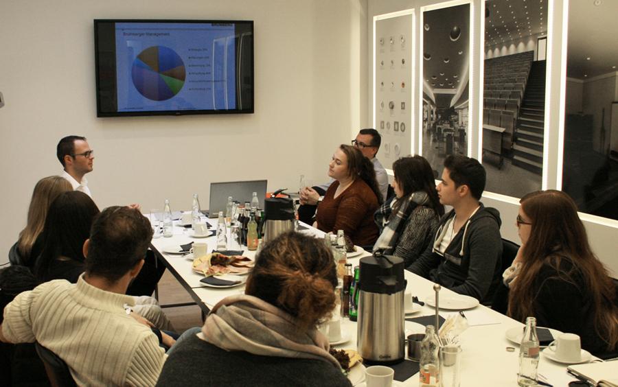 Unternehmenspräsentation bei der Firma Brumberg Leuchten. -enger Austausch zwischen den Mitarbeitern und einer Gruppe Studierender. (Foto: Team Wandres, Theresa Scheffer)