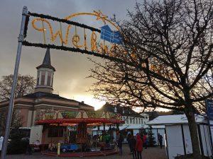 Zehn Tage leuchtet wieder das Weihnachtsmarkt-Tor auf dem Neumarkt. (Foto: oe)